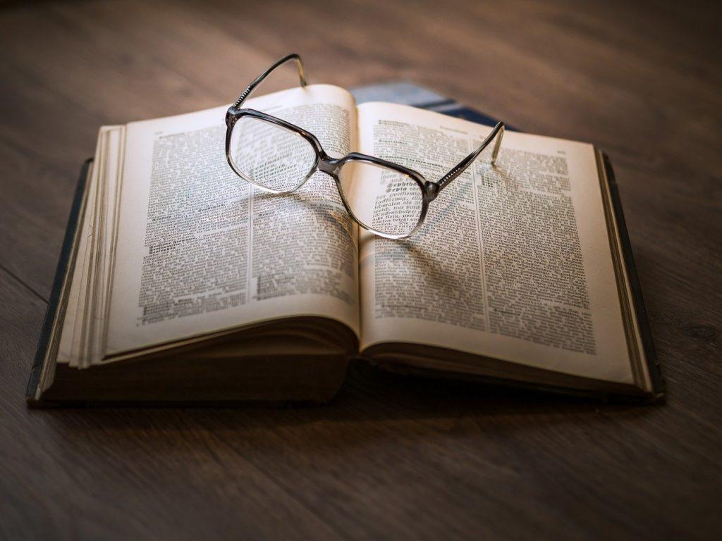 Buch mit Brille als Vergleich zur Website